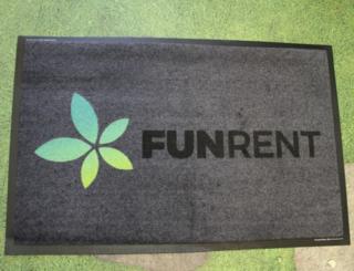 Uksematt logoga - FunRent